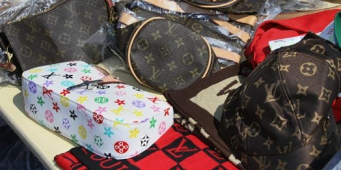 Des sacs Louis Vuitton contrefaits.