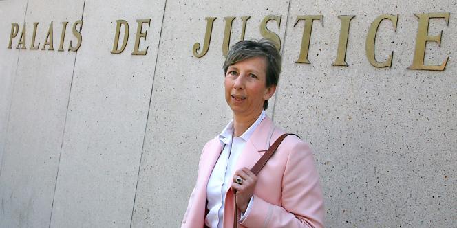 Elisabeth Borrel, veuve du magistrat retrouvé mort en 1995 à Djibouti, devant le palais de justice de Lille, le 2 mai 2007.