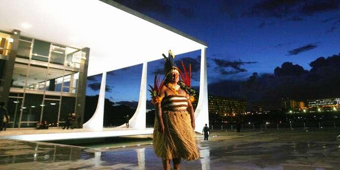 Une Indienne Patamona devant la Cour suprême brésilienne, à Brasilia.