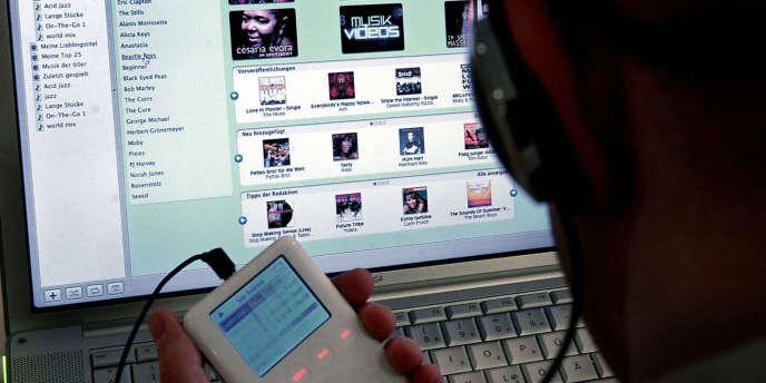 Avec iTunes, c'est Apple qui avait littéralement créé le marché de la vente de musique numérisée, sous forme de téléchargement de titres, en 2003. Aujourd'hui, iTunes représente encore 34 % du chiffre d'affaires du secteur de l'édition numérique.