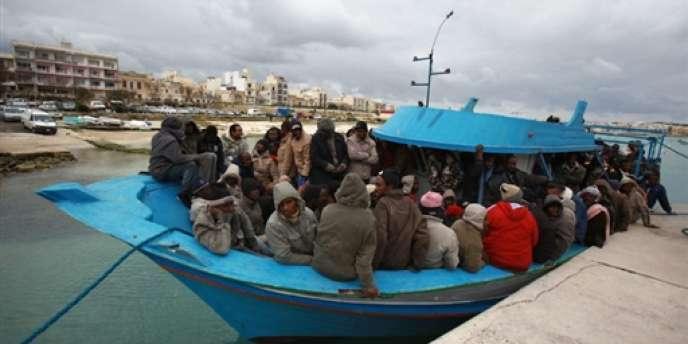 Une embarcation avec des immigrés clandestins dans le port de La Valette à Malte, le 18 février 2009.