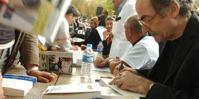 L'écrivain François Weyergans participe à une séance de dédicaces le 27 août 2006.