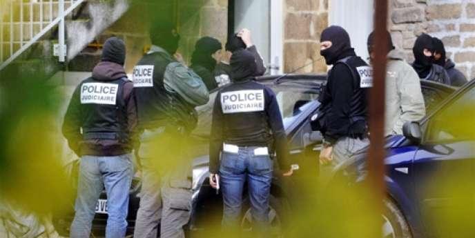 La police judiciaire, à Tarnac, le 11 novembre 2008