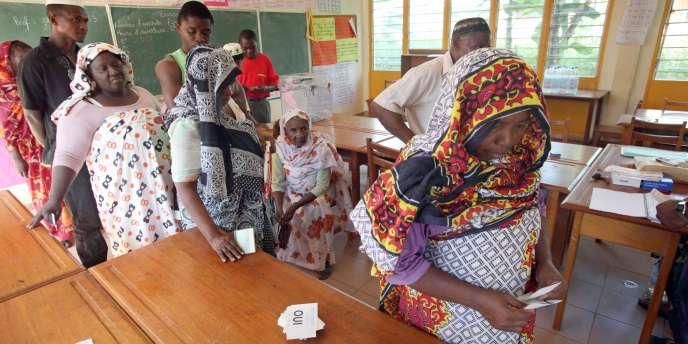 En mars 2009, les Mahorais s'étaient exprimés à 95,2 % en faveur de la départementalisation de l'île à l'issue d'un référendum qui a scellé définitivement leur rattachement à la France contre les visées de la République islamique voisine des Comores.