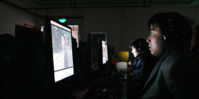 Des internautes devant leur écran.