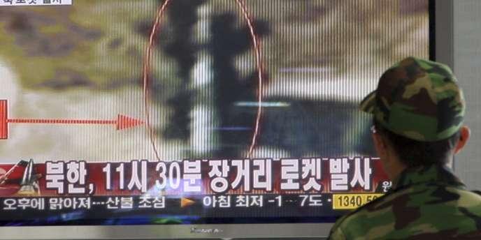 Un militaire sud-coréen regarde un reportage sur le lancement de la fusée nord-coréenne, à Séoul, le 5 avril 2009.
