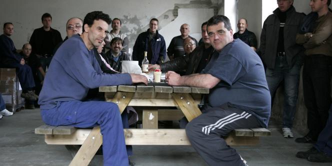 Des salariés occupent l'usine du fabricant britannique d'adhésifs Scapa de Bellegarde (Ain), le 8 avril 2009.