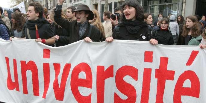 Des étudiants et des enseignants manifestent, le 8 avril 2009 à Paris, lors d'une journée d'action dans l'enseignement supérieur contre les réformes gouvernementales.