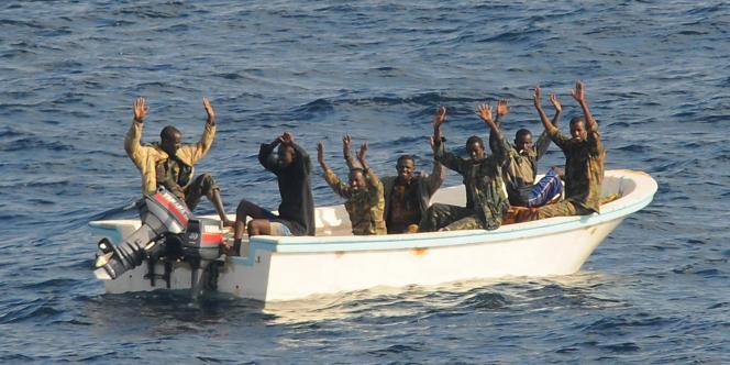 Des pirates des mers présumés lors de leur arrestation dans le golfe d'Aden en Somalie en février 2009.