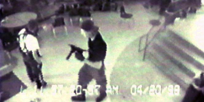 Une image prise par la caméra de surveillance de la cafétéria du lycée de Columbine à Littleton, Colorado, en avril 1999.