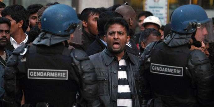 Une manifestation non déclarée de Tamouls près de la gare du Nord à Paris, le 20 avril 2009.