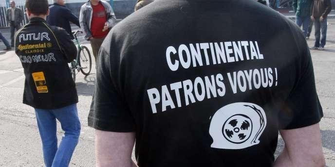 Des employés de Continental devant le site de Clairoix, en avril 2009.
