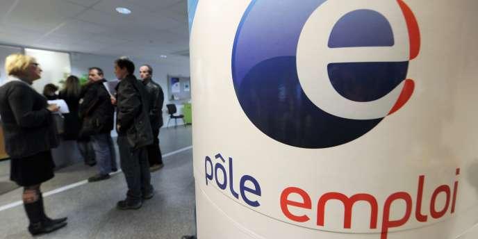 Le ministère du travail a confirmé, mercredi 26 septembre, que la France métropolitaine comptait désormais 3 011 000 personnes inscrites à Pôle emploi sans avoir travaillé une seule heure au mois d'août.