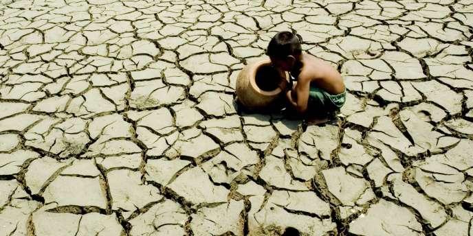 Un enfant birman dans un champ de sel en avril 2009. Un an auparavant, la région était touchée par le cyclone Nargis.