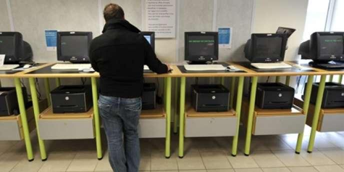 Un homme consulte des offres d'emplois à Caen dans une agence de ce qui était encore l'ANPE, le 31 octobre 2008 (devenue depuis Pôle Emploi).