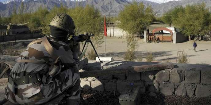 Un militaire monte la garde devant un bureau de vote dans l'Etat indien du Jammu-et-Cachemire, le 13 mai, pour la dernière phase des élections générales indiennes.