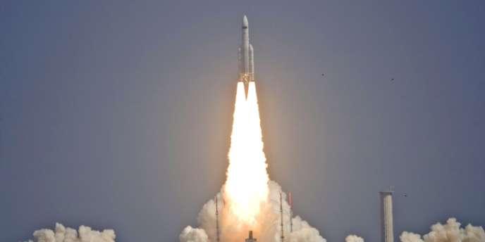 Décollage du lanceur européen Ariane5 le14mai 2009, du centre spatial de Kourou, en Guyane, équipé de télescopes de l'Agence spatiale européenne (ESA).