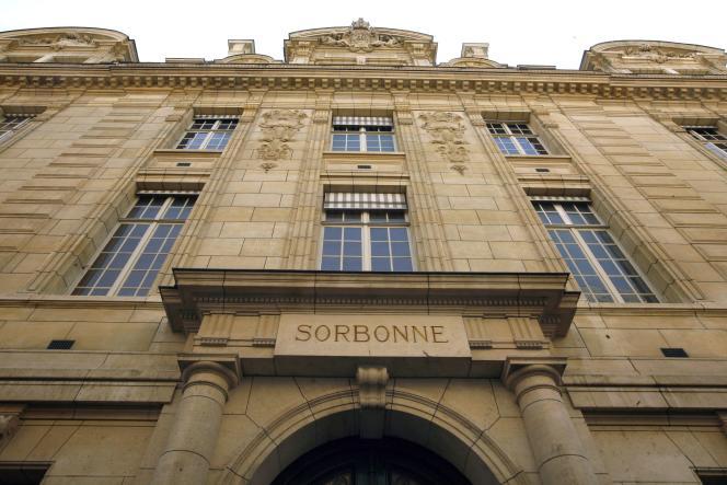 Entrée de la Sorbonne, à Paris.