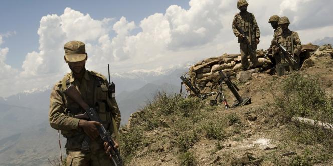Des soldats pakistanais au-dessus de la vallée de Swat, le 22 mai 2009.