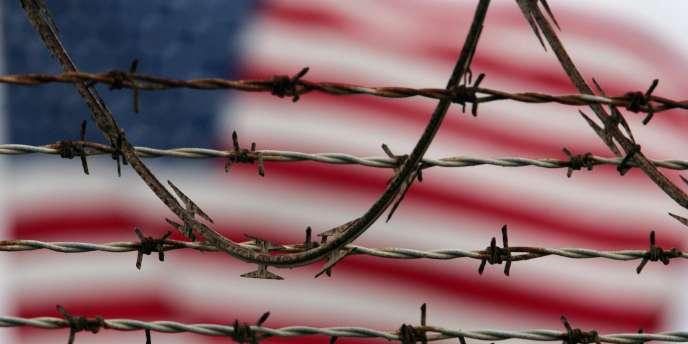 Un drapeau américain flotte au dessus du camp de Guantanamo.