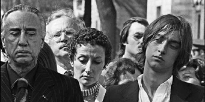 Romain Gary (à gauche), et son fils Diego, se recueillent dans le cimetière Montparnasse à Paris, lors des obsèques de l'actrice américaine Jean Seberg, le 14 septembre 1979.