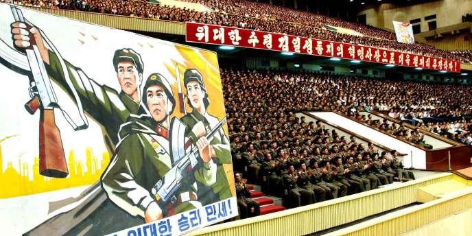 Des officiers nord-coréens célèbrent dans un stade de Pyongyang le succès d'un test nucléaire en mai 2009.