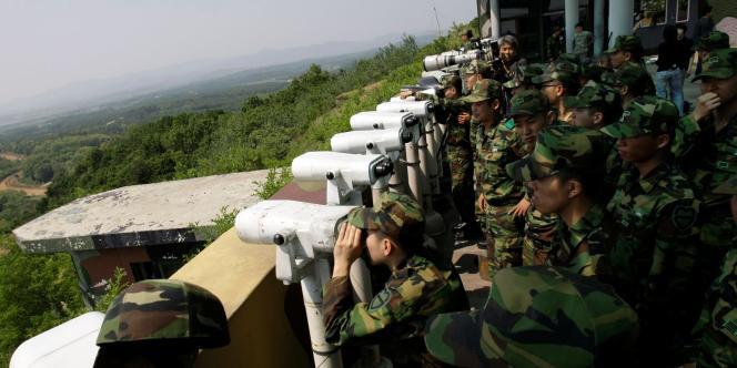 Des soldats sud-coréens surveillent la Corée du Nord depuis le poste d'observation de Dora, en bordure sud-ouest de la zone démilitarisée (DMZ), le 27 mai 2009.