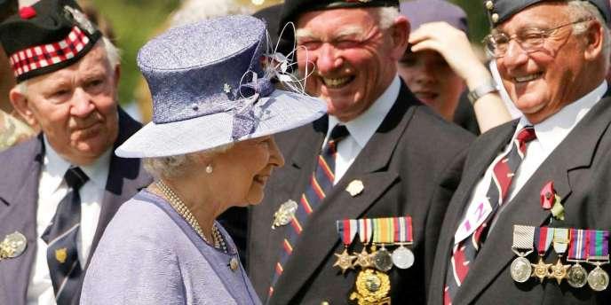 La reine Elizabeth II rencontre des vétérans britanniques au cimetière militaire de Bayeux, le 6 juin 2004.