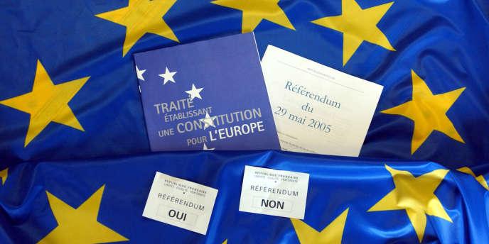 Photo prise le 19 avril 2005 à la Maison de l'Europe à Caen montrant deux bulletins de vote avec le drapeau européen.