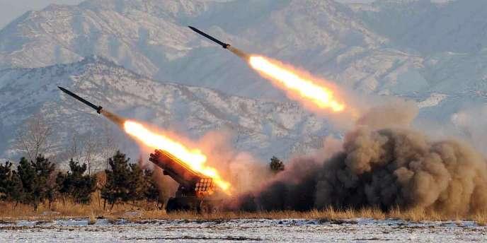 Photo non datée de tirs de missiles en Corée du Nord.