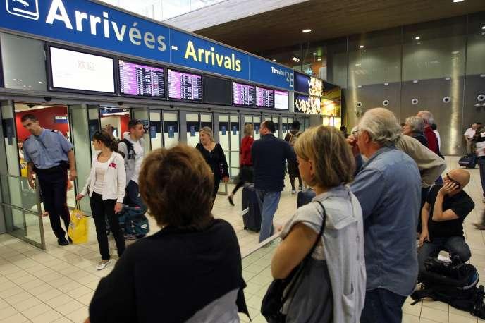 Des passagers regardent les panneaux d'affichage à l'aéroport de Roissy-Charles-de-Gaulle, le 1er juin.