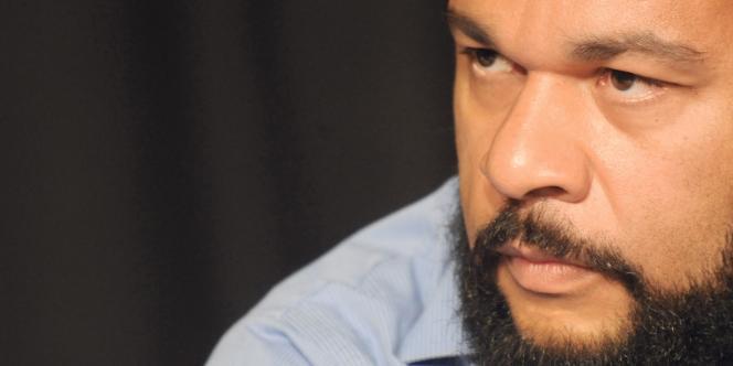 Dieudonné M'Bala M'Bala lors d'une conférence de presse de sa liste antisioniste, le 4 juin 2009 à Paris.