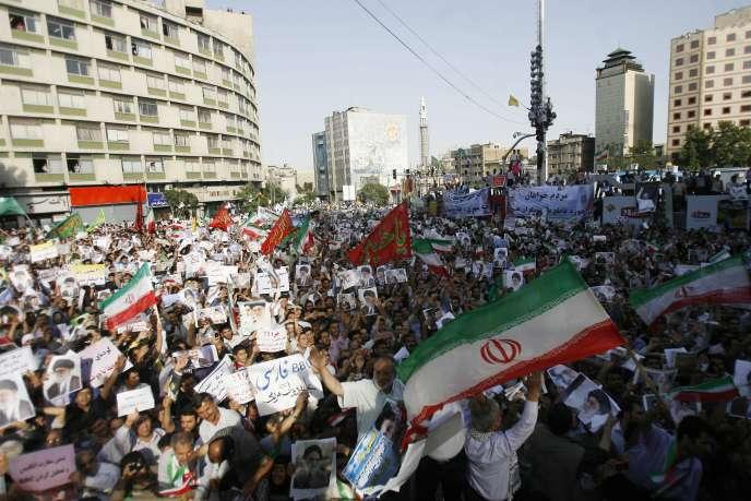 Entre 100 000 et 150 000 personnes acquises à Mahmoud Ahmadinejad ont manifesté à Téhéran, mardi 16 juin, pour endiguer la