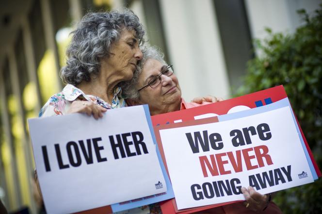 Aux Etats-Unis, le Defense of Marriage Act interdit depuis 1996 au gouvernement fédéral de reconnaître les mariages entre personnes de même sexe.