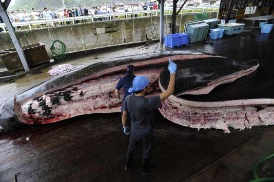 Le dépeçage d'une baleine par des pêcheurs au Japon, le 21 juin 2009.
