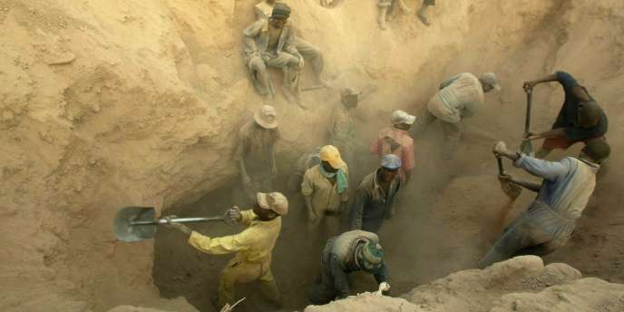 Au Zimbabwe, à Marange, des mineurs creusent à la recherche de diamants.