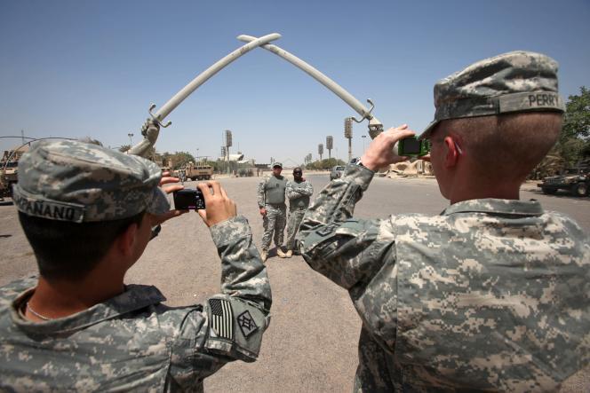 Des soldats américains posent devant les Epées de Saad Ibn Aba Ouagas, dans la