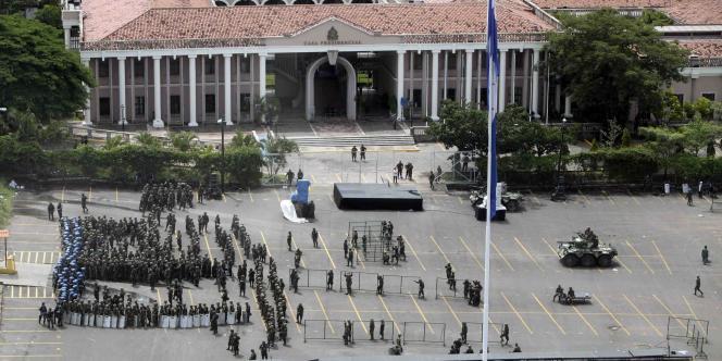 La place de la Liberté de Tegucigalpa, devant le palais présidentiel, est investie par l'armée après le départ forcé du président Manuel Zelaya, dimanche 28 juin 2009.