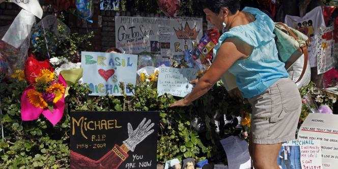Des fans se recueillent après le décès de Michael Jackson.