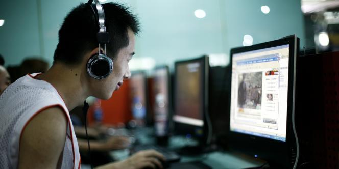 Un jeune homme dans un café internet à Pékin.