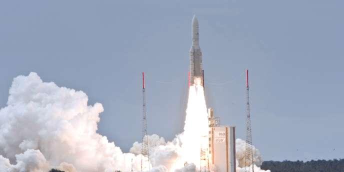 Une fusée Ariane 5 emporte le plus gros satellite de télécommunications jamais lancé, le 1er juillet 2009 à Kourou.