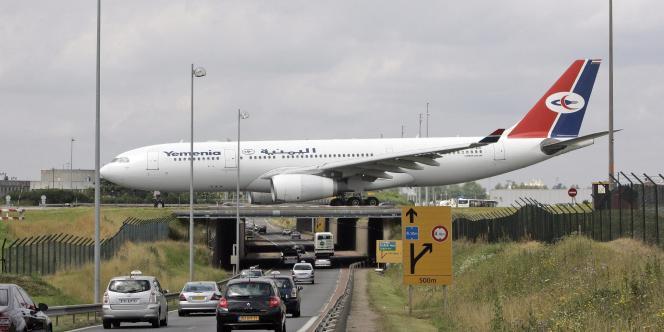 Un avion de la compagnie Yemenia sur le tarmac de l'aéroport Charles-de-Gaulle.