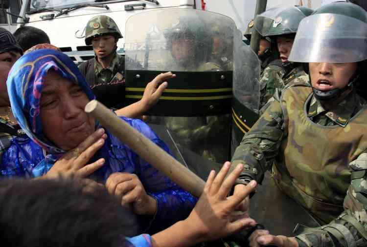 Des centaines de policiers armés et accompagnés de chiens, avaient été déployés à proximité du groupe qui demandait des comptes après les interpellations massives liées aux émeutes.