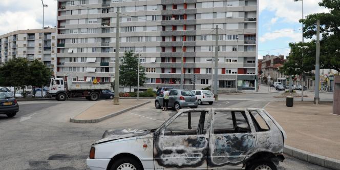 Mercredi 8 juillet, des épaves calcinées de véhicules témoignent d'une première nuit d'émeutes survenues à Firminy, banlieue de Saint-Etienne, après la tentative de suicide de Mohamed Benmouna, 21 ans, au commissariat de Chambon-Feugerolles, localité voisine.
