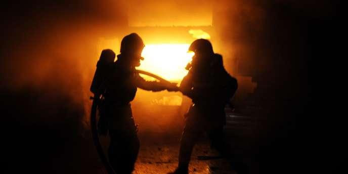Jusqu'à 220 pompiers ont été mobilisés pour maîtriser le sinistre dans le bâtiment