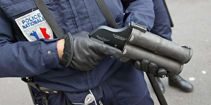 Victimes de jets de pierres, les policiers ont utilisé leur gomme-cogne pour se dégager, blessant légèrement un jeune qui a été hospitalisé.