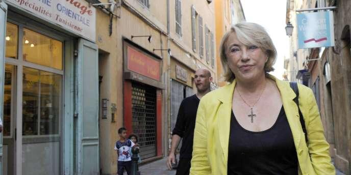 La maire UMP d'Aix-en-Provence, Maryse Joissains, dans les rues de sa ville, en juillet 2009.