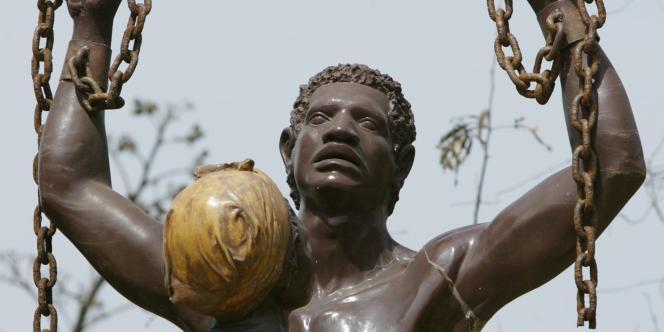 Une statue érigée sur l'île de Gorée, au large de Dakar, point de départ de très nombreux esclaves vers les Amériques.
