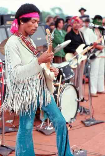 En 1969, Jimi Hendrix ferme le festival de Woodstock en jouant à la guitare électrique sa célèbre reprise de