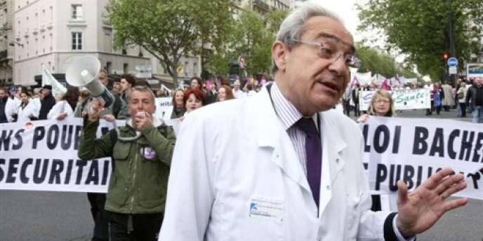 Le professeur Bernard Debré, de l'hôpital parisien Cochin, ici lors d'une manifestation à Paris fin avril 2009.